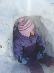 la bimba nella nicchia di neve