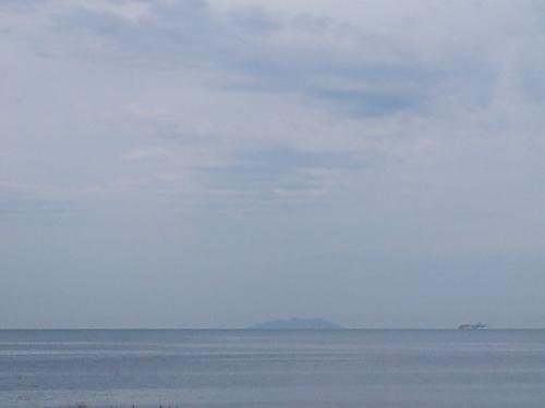 Gorgona vista da Antignano, cileo plumbeo la mattina presto